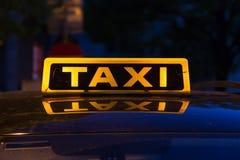 Типичный знак такси на автомобиле стоковое фото rf