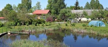 Типичный литовский сельский ландшафт - на банке pon леса Стоковое Изображение RF