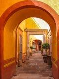 Типичный мексиканский двор, Сантьяго de Queretaro, Мексика Стоковая Фотография