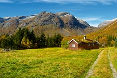Типичный норвежский пейзаж горного села Стоковые Изображения