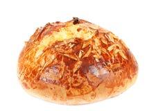 Типичный домодельный торт чеха пасхи с миндалинами на белизне Стоковое фото RF
