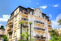 Типичный особняк бывшего австрийца Ривьеры теперь Opatija Хорватии стоковые изображения