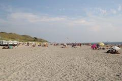 Типичный пляж на Северном море на горячий летний день Стоковое Изображение