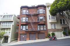 Типичный район Сан-Франциско холмистый, Калифорния, США стоковые изображения rf