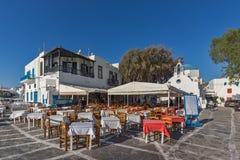 Типичный ресторан и малый квадрат, Киклады, Греция Стоковое Изображение RF