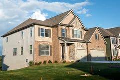 Типичный совершенно новый пригородный дом в южных Соединенных Штатах Стоковое фото RF