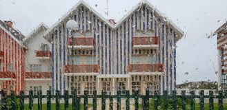 Типичный Striped дом в дождливом дне Стоковые Изображения