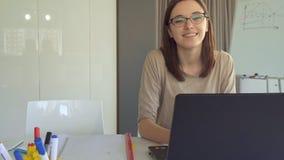 Типы девушки на компьтер-книжке на офисе стоковое изображение rf
