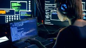 Типы девушки на ноутбуке, рубя систему Злодеяние кибер и рубить концепция сток-видео