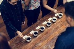 Типы кофе помещенные для того чтобы пробовать или запахнуть стоковые изображения