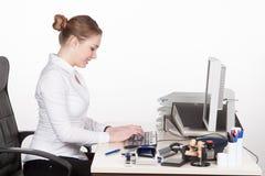 Типы молодой женщины на клавиатуре Стоковые Фото