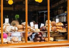 Типы хлеба в окне магазина хлебопекарни Стоковые Изображения RF
