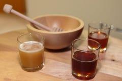 Тип ассортимента медов внутри стеклянных и деревянных ковша и шара меда Стоковые Изображения RF