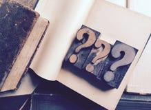 Тип вопросительного знака деревянный на книге Стоковая Фотография