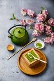 Тирамису Matcha и зеленый чай стоковые фотографии rf