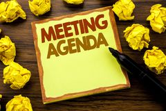 Титр текста сочинительства руки показывая повестку дня заседания Концепция дела для плана план-графика дела написанного на липкой Стоковое фото RF