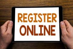 Титр текста сочинительства руки регистрирует онлайн Концепция дела для интернета подписывается написанный на компьтер-книжке табл Стоковое Изображение