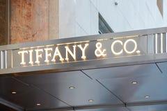 Тиффани e Co загоренный знак пятый Ave, Нью-Йорк магазина Стоковые Фотографии RF