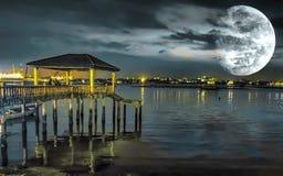 Тихая ночь на побережье с яркой луной Стоковые Изображения