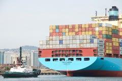 ТИХАЯ ОКЕАН ЗВЕЗДА помогая грузовому кораблю GRETE MAERSK для того чтобы провести маневр стоковые фото