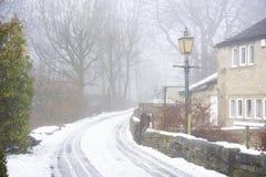 Тихая сцена улицы зимы с снегом и туманом Стоковая Фотография