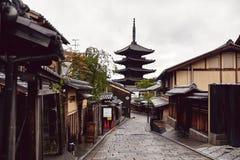 Тихая улица в Киото, Японии стоковое изображение rf