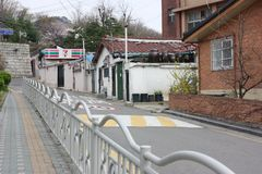 Тихая улица с домами жилища в Сеуле Стоковые Фото