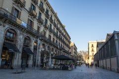 Тихая улица с террасами в El принесенном в Барселоне, Каталонии, Испании стоковое изображение