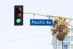 Тихие океан знак и светофоры улицы бульвара стоковые фотографии rf
