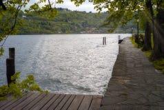 Тихий взгляд берега озера мать 2 изображения дочей цвета Стоковое фото RF