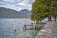 Тихий взгляд берега озера мать 2 изображения дочей цвета Стоковая Фотография RF