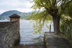 Тихий взгляд берега озера мать 2 изображения дочей цвета Стоковое Изображение