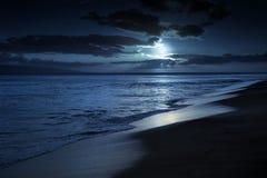 Тихий залитый лунным светом пляж в Мауи Гаваи Стоковые Фото