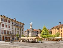 Тихий небольшой город на горячий летний день в como Италии Стоковая Фотография RF