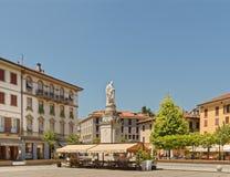 Тихий небольшой город на горячий солнечный день в como Италии Стоковые Изображения RF