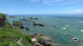 Тихий океан осмотренный от Higashi Hennazaki в острове Miyako, Окинава сток-видео