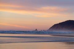 Тихий океан пляж на заходе солнца стоковое фото rf