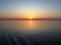 Тихий океан с ясным горизонтом, заходом солнца, отражением голубого неба на спокойной воде Стоковое Изображение RF