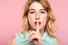 Тихое безмолвие shush палец портрета девушки на губах стоковая фотография