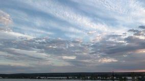 Тихое озеро и теплый заход солнца лета акции видеоматериалы