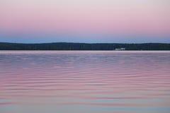 Тихое река на вечере затишья захода солнца Стоковое Изображение