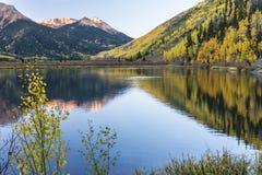 Тихое утро на кристаллическом озере стоковая фотография rf
