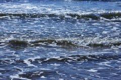 Тишь весны зимы шторма прибоя океана волны открытого моря моря ослабляет горизонт пены свежести движения белый Стоковые Изображения RF