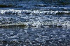 Тишь весны зимы шторма прибоя океана волны открытого моря моря ослабляет горизонт пены свежести движения белый Стоковое Фото
