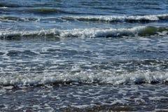Тишь весны зимы шторма прибоя океана волны открытого моря моря ослабляет горизонт пены свежести движения белый Стоковое фото RF