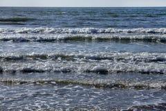 Тишь весны зимы шторма прибоя океана волны открытого моря моря ослабляет горизонт пены свежести движения белый Стоковая Фотография