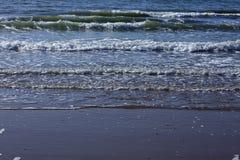 Тишь весны зимы шторма прибоя океана волны открытого моря моря ослабляет горизонт пены свежести движения белый Стоковая Фотография RF