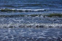 Тишь весны зимы шторма прибоя океана волны открытого моря моря ослабляет горизонт пены свежести движения белый Стоковые Изображения