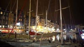 Тишь и уютный европейский городок, яхты белизны причалили около обваловки, француза сигнализируют сток-видео