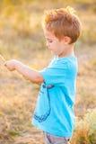 5-ти летний мальчик внешний Стоковое Изображение
